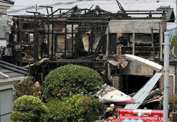 Un avión monomotor cayó sobre una zona residencia en Japón. El saldo preliminar es de tres personas muertas y tres sobrevivientes. (Efe)
