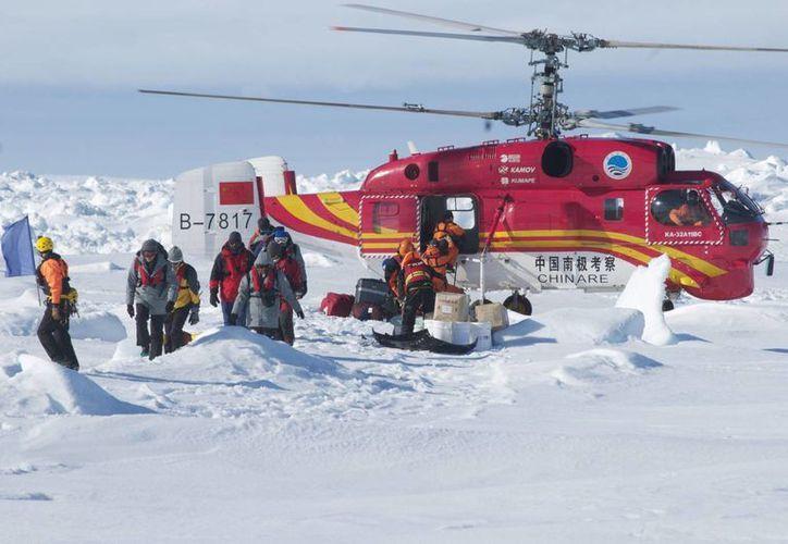 El helicóptero chino Xue Ying durante el rescate de los pasajeros del barco ruso Akadémik Shokálskiy en la Antártida. (EFE)