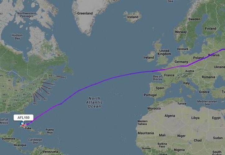 Esta es la trayectoria que un vuelo de Aeroflot tomó desde Rusia, evitando el espacio aéreo de Estados Unidos. (Flight Radar)