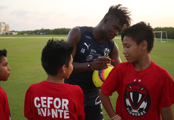 iños del Centro de Formación de Avante-Pioneros disfrutaron de una gran convivencia en compañía de los jugadores regiomontanos. (Ángel Villegas/SIPSE)