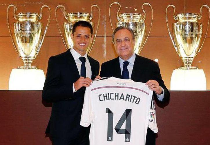 Javier 'Chicharito' Hernández mostrando la playera del Real Madrid con su numero '14' y su ya tradicional apodo (realmadrid.com)