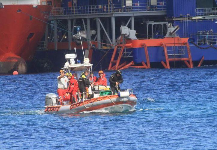 Un equipo de rescate participa en labores de búsqueda de los restos de dos víctimas del naufragio del crucero Costa Concordia. (Archivo/EFE)