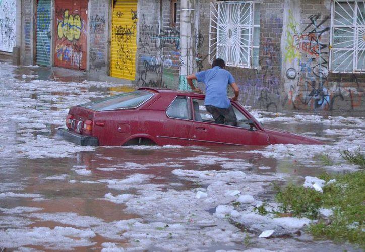 Una tromba originó la caída del granizo y las inundaciones en varias zonas de Morelia. (Notimex)