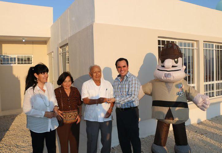 La Japay hizo entrega de la nueva casa a los ganadores de la rifa. (Milenio Novedades)