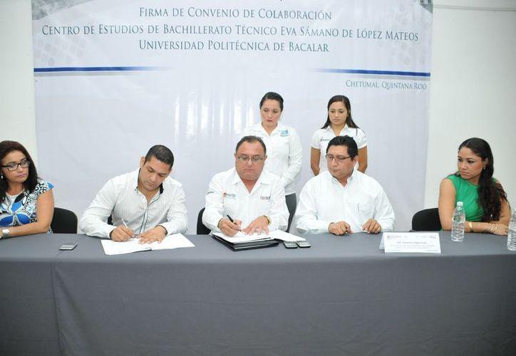 Autoridades educativas en la firma del convenio. (Cortesía/SIPSE)