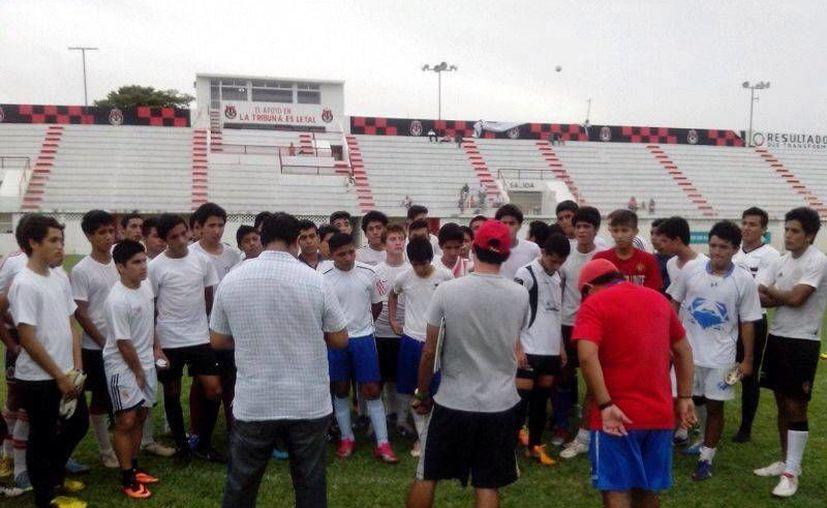 Para las pruebas se presentaron 400 jóvenes, después de una semana, finalmente 16 futbolistas fueron seleccionados. (Francisco Gálvez/SIPSE)