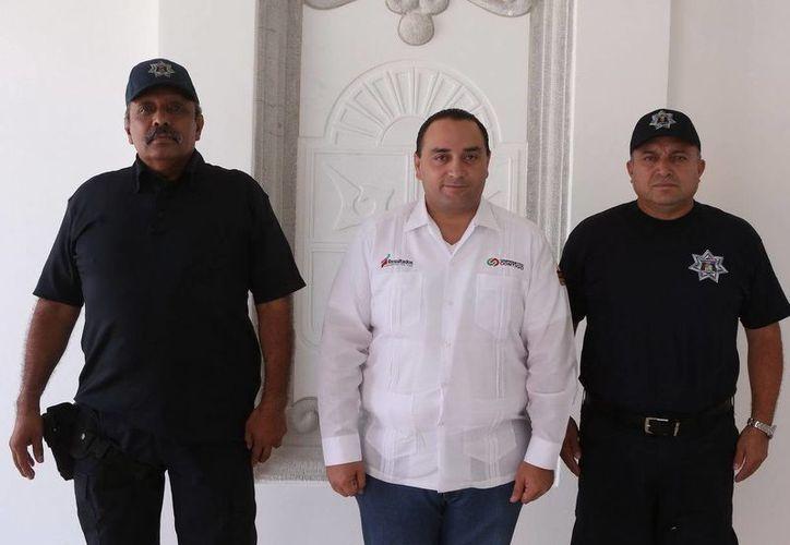 El secretario de Seguridad Publica, Carlos Bibiano Villa Castillo; el gobernador Roberto Borge Angulo; y el nuevo subsecretario de Seguridad Pública de la zona norte, Martín Estrada Sánchez. (Redacción/SIPSE)