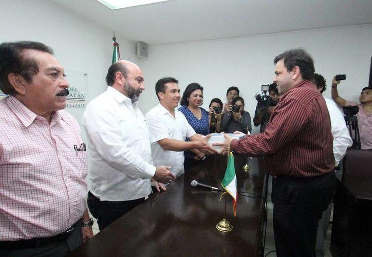 Imagen del momento en que Roberto Rodríguez Asaf entrega la propuesta del Paquete Fiscal 2015 al Poder Legislativo. (Milenio Novedades)