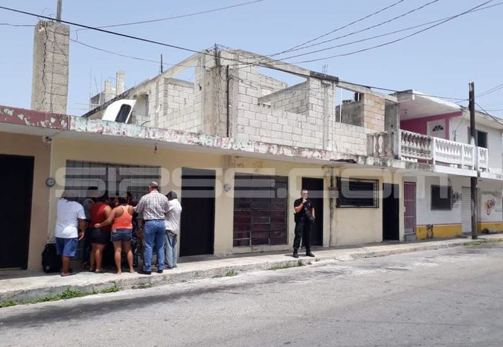 Policías resguardaron la vivienda en la que se presentó la tragedia. (Gerardo Keb/Milenio Novedades)