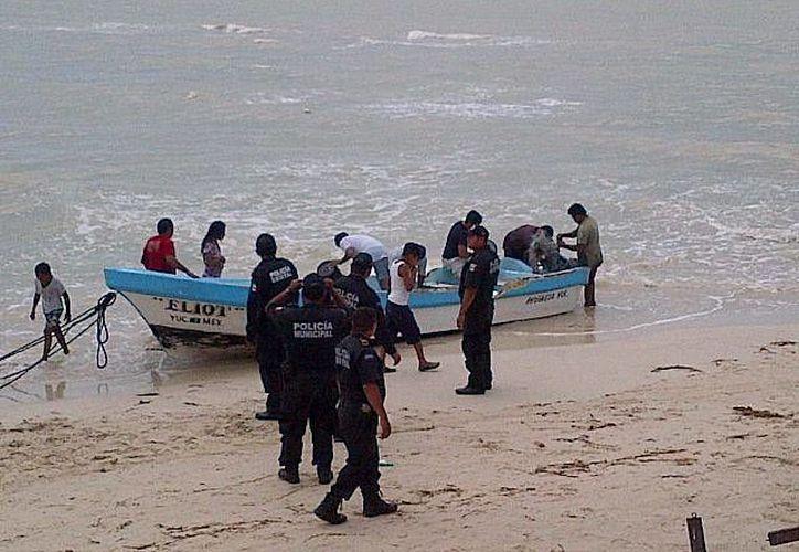 Tres pescadores que iban a bordo de una lancha salieron lesionados al chocar esta contra el muelle de arcos en Progreso. (Foto de contexto de SIPSE)