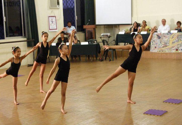 Fernanda Canto Pérez, María Fernanda Herrera Gómez, Leslie Canto Pérez y Valeria Gómez fueron quienes presentaron el examen sobre gimnasia artística y danza clásica. (Christian Ayala/Milenio Novedades)