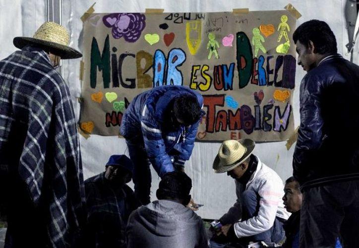 """Varios migrantes que presenciaban la conferencia comenzaron a gritar: """"¡Mañana nos vamos, mañana nos vamos!"""". (Cuarto Oscuro)"""