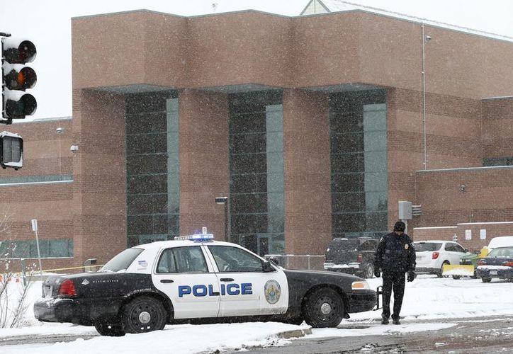Una patrulla de la policía bloquea la entrada a la preparatoria Standley Lake en Westminster, Colorado, luego de que un estudiante de 16 años se prendiera fuego en las instalaciones de la escuela (Agencias)