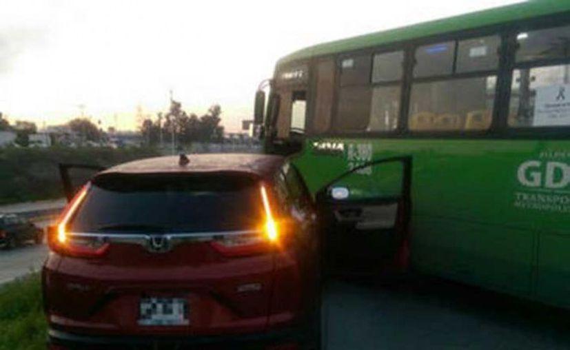 El conductor del autobús del transporte público se cruzó en el camino para evitar que el vehículo impactara a otros. (El Informador)