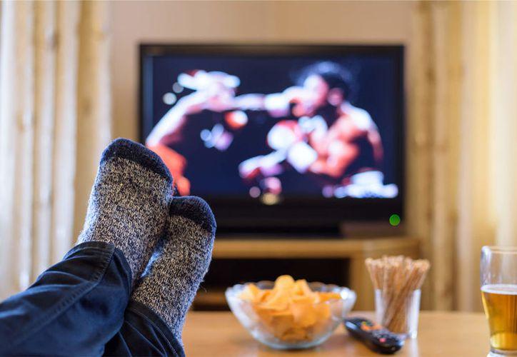 Los largos periodos de ver televisión afectan gravemente la salud. (Foto: Suop)