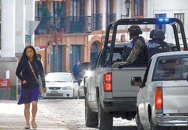 Un vehículo de la Marina con efectivos a bordo recorre las calles de Valle de Bravo, un pueblo pequeño donde todos se conocen y se cuidan de no hablar de la inseguridad. (Foto: Milenio)