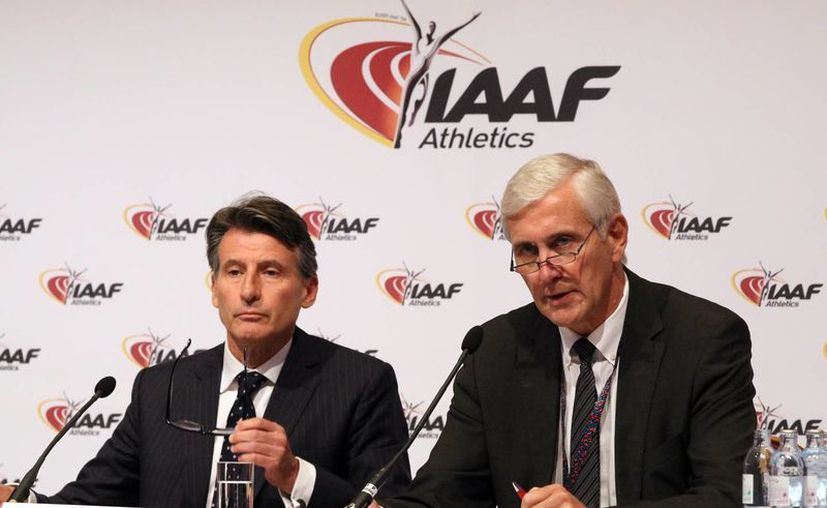 Fotografía del presidente de la IAAF, Sebastian Coe, izquierda, y Rune Presidente Andersen, del equipo de inspección de la IAAF, durante una conferencia de prensa al confirmar acerca de la prohibición al equipo de atletismo uso de participar en los Juegos Olímpicos de Río de Janeiro. (Foto AP / Ronald Zak)