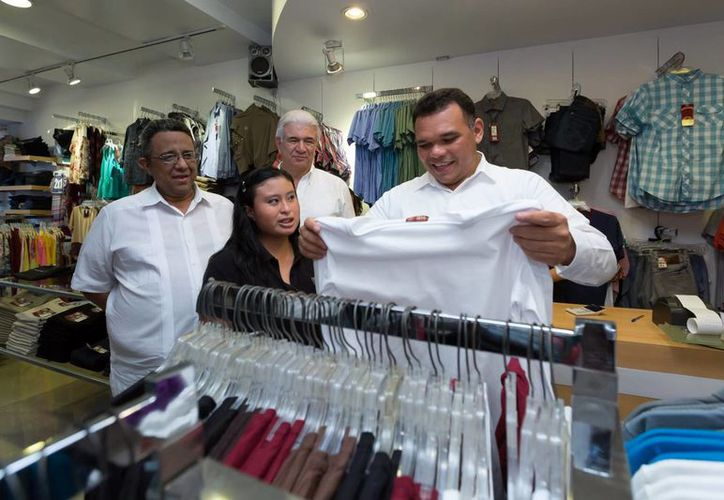 El gobernador yucateco Rolando Zapata aprovechó El Buen Fin con la compra de prendas de vestir. (Milenio Novedades)