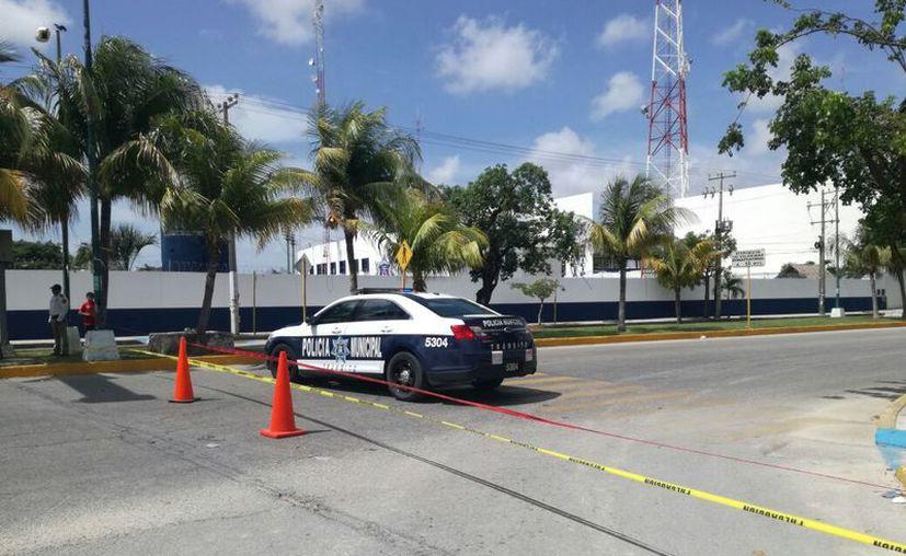 Frente a la Vicefiscalía, está cerrada la circulación de la avenida Xcaret, en ambos sentidos. (Redacción)