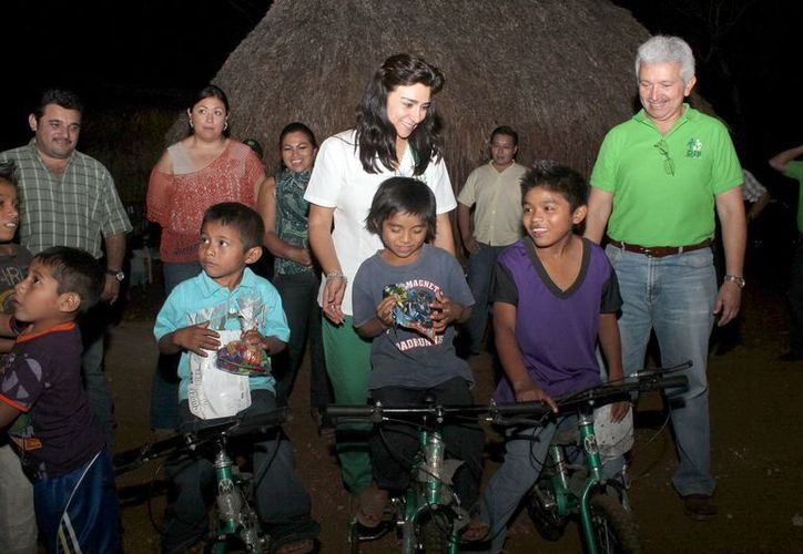 La presidenta del DIF Yucatán entregó bicicletas a los niños de Howitz. (Milenio Novedades)