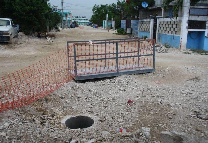 El municipio no se ha hecho cargo de la reparación de la cloaca que es un peligro para los habitantes de la zona. (Rossy López/SIPSE)