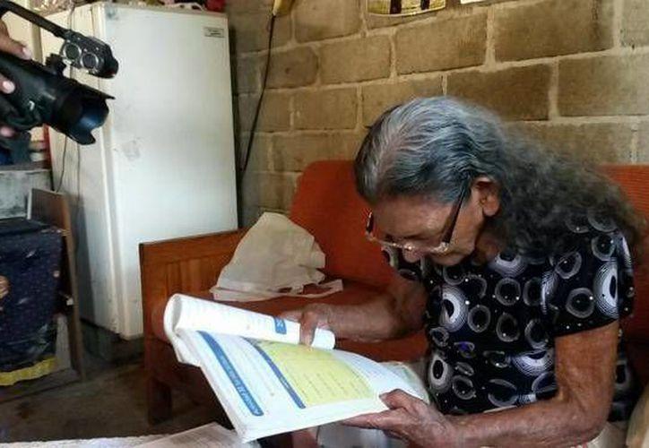 Guadalupe Palacios García, de 93 años, por fin aprendió a leer, pero lamenta no haberlo hecho antes para contarle cuentos a sus nietos y bisnietos. (noticiasnet.mx)