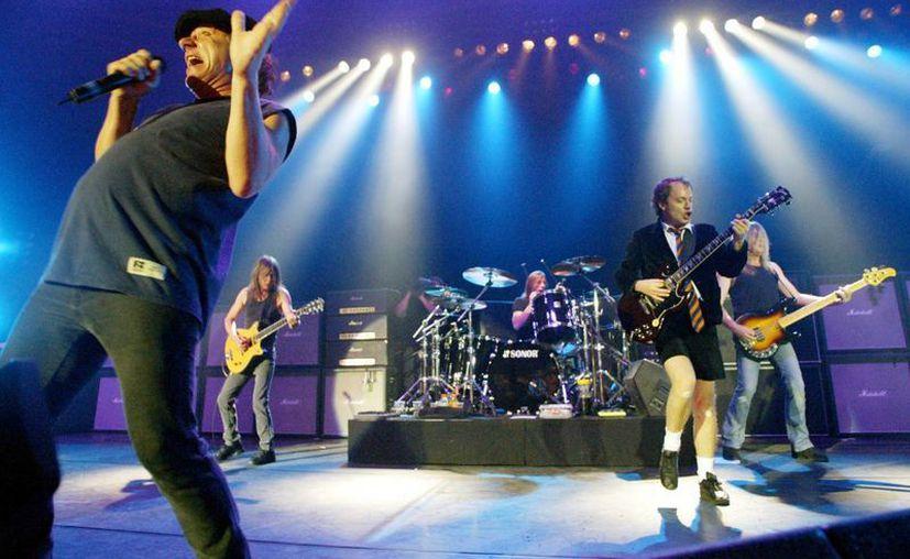 Concierto en Munich de la banda de rock AC/DC en junio de 2003. Desde la izquierda: Brian Johnson, Malcolm Young, Phil Rudd, Angus Young, y Cliff Williams. (Foto: AP)