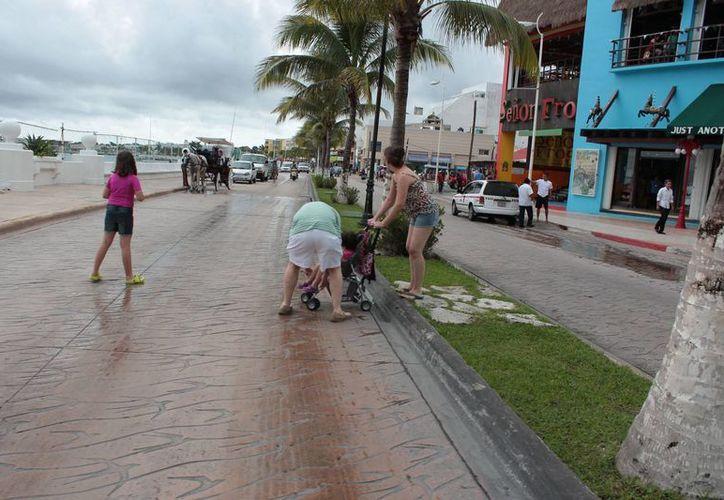 El paso se le dificulta a bebés en carreolas o personas que se movilizan en sillas de ruedas. (Gustavo Villegas/SIPSE)