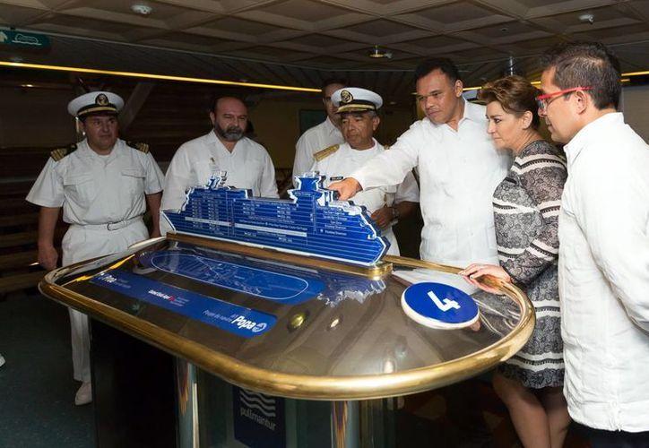 Tras dar un discurso sobre el beneficio que traerá a Yucatán el hecho de Progreso sea un home port, el gobernador realizó un recorrido por la embarcación 'Monarch'. (Milenio Novedades)