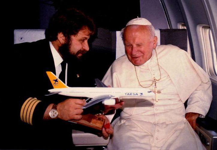 El capitán Abed entregó un avión en miniatura al papa Juan Pablo II, en el vuelo realizado de Jamaica a México, el 11 de agosto de 1993. (Archivo Notimex)
