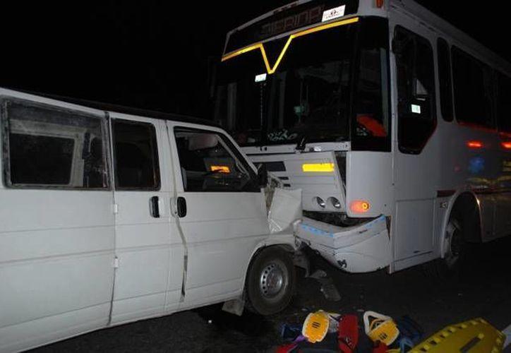 Un tronco a media carretera generó un aparatoso accidente entre una Van de servicio colectivo y un autobús vacío de pasajeros. (SIPSE)