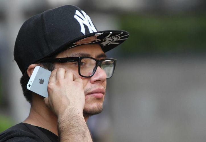 Hoy en día, dijo, los suscriptores de telefonía celular ya pueden consultar su saldo de prepago sin costo alguno y conservar su vigencia durante todo un año. (Archivo/Notimex)