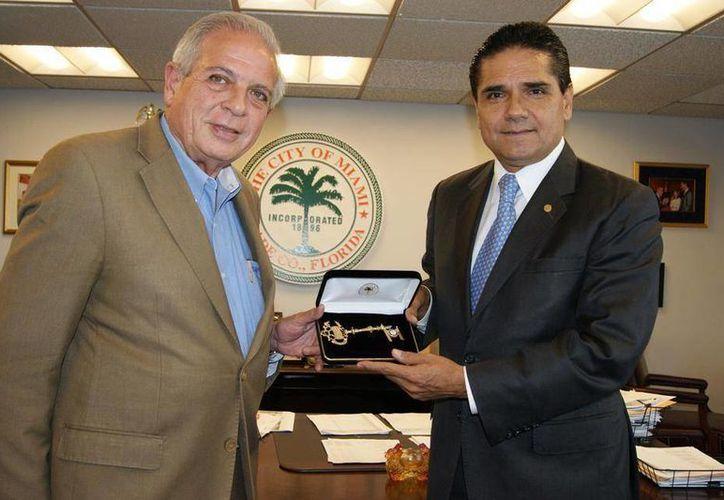 Aureoles se entrevistó con el alcalde de Miami Tomás Pedro Regalado y Valdez. (Facebook/Silvano Aureoles)