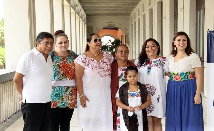 Conchi León con los protagonistas de la obra teatral 'Del manantial del corazón'. (Jorge Acosta/Milenio Novedades)