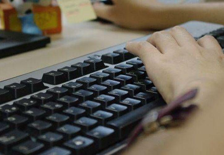 Si el teclado está conectado a un keylogger, el hacker conocerá inmediatamente la nueva contraseña del correo. (teinteresa.es)