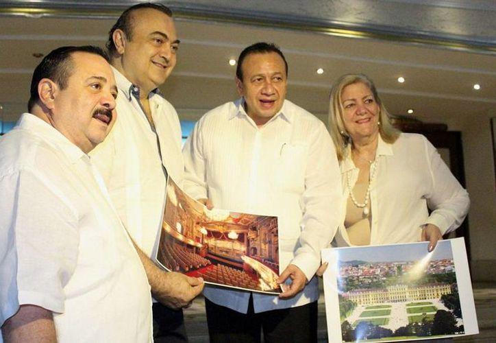 Roberto Abraham  Mafud y Roger Metri Duarte, al centro,  anunciaron el concierto en Viena. (Milenio Novedades)