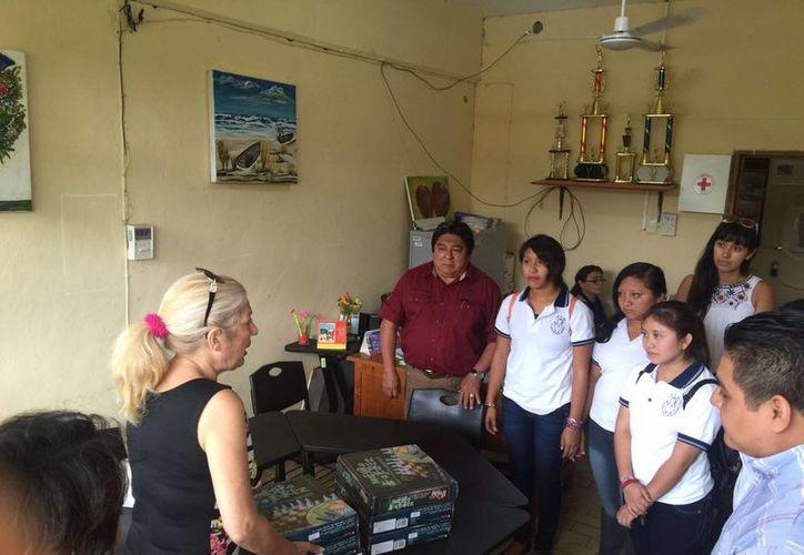 La regidora comisionada en Educación y Cultura entregó los juegos de ajedrez. (Raúl Balam/SIPSE)