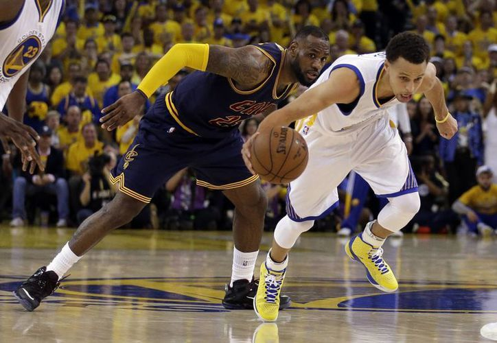 Le Bron James (i) quiere ganar su cuarta corona de la NBA, primera con Cavaliers, pero antes tal vez deba frenar a los poderosos Warriors de Golden State. (AP)