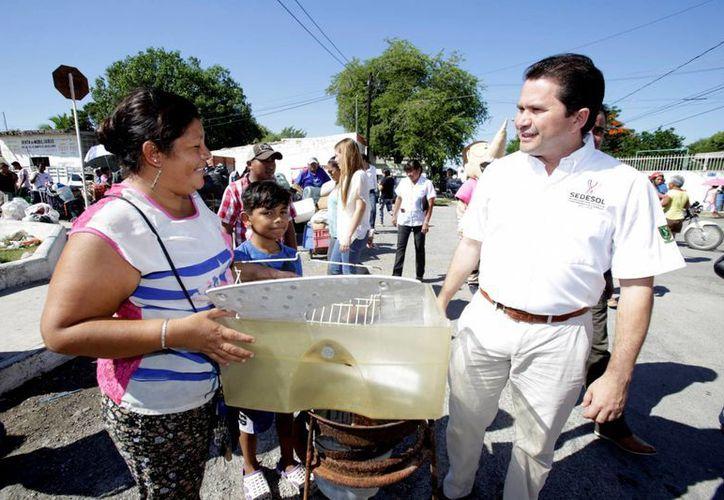 A través del programa Recicla por tu Bienestar, que esta vez llegó a la colonia Azcorra, se eliminan potenciales criaderos de moscos en el sur de Mérida y se apoya a las familias en su economía. (Foto cortesía del Gobierno de Yucatán)