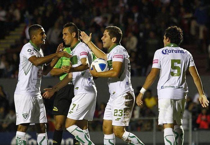 Luis Hernández, de Zacatepec, es felicitado por sus compañeros por abrir el marcador ante el CF Mérida. (SIPSE)