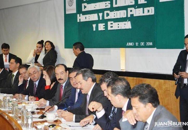 Imagen tomada de Twitter del diputado Juan Bueno en donde menciona que revisaría la Ley del Fondo Mexicano del Petróleo de la Reforma Energética. (@juanbuenot)