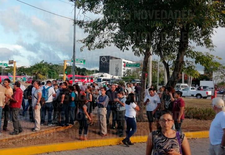 Los comunicadores y público en general se reunieron en la avenida Tulum. (Fernanda Duque/SIPSE)