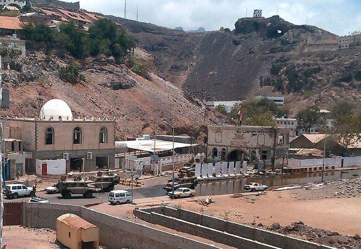 Un ataque en sede militar de Yemen dejó 9 muertos; vehículos del Ejército permanecen permanecen desplegados en el cuartel general del Ejército, en Adén, en el sur del país. (Efe)