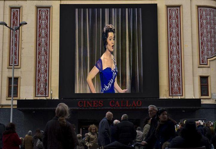 """""""El último cuplé"""" y """"La violetera"""", protagonizados por Sara Montiel, fueron proyectados en pantalla gigante. (Agencias)"""