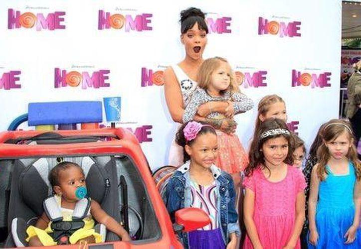 Rihanna estuvo muy cariñosa con los niños que acudieron a la premier de 'Home' en Los Ángeles. (EFE)