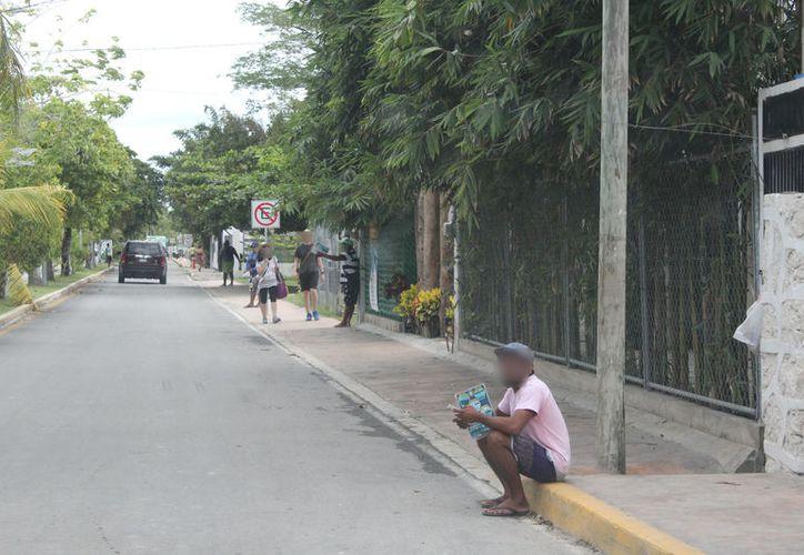 Son 10 jóvenes que se dedican a esta actividad; les piden comida y dentro de esta bien el 'encargo'. (Joel Zamora/SIPSE)