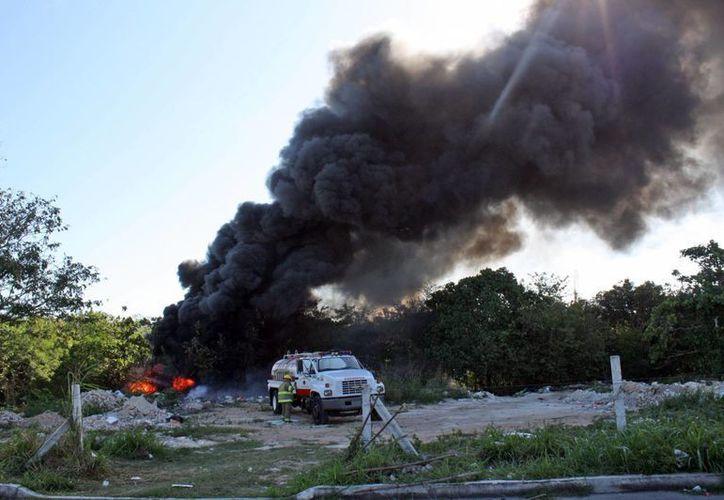La labor del H. Cuerpo de Bomberos de la capital ha sido fundamental para evitar mayores desastres. (Harold Alcocer/SIPSE)