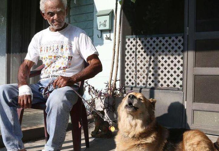 Efraín Meléndez Pacheco junto a su perro Rico después de que fue devuelto a su casa al sur de Orlando. (George Skene/Orlando Sentinel)