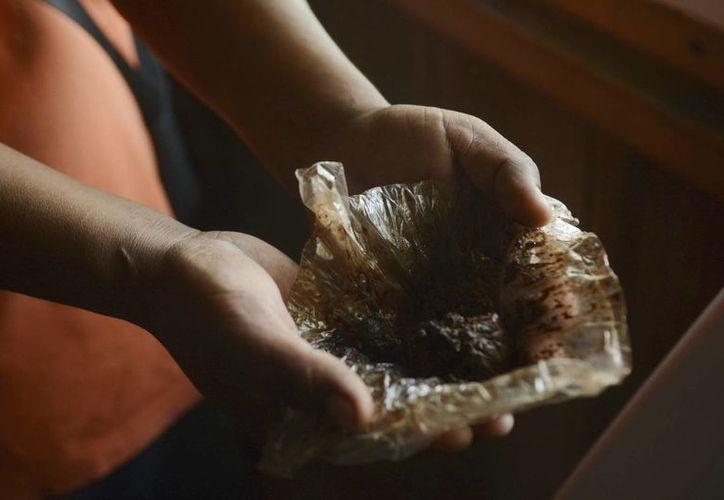 Fotografía de una porción de goma de opio extraída de las flores de amapola sembradas en la sierra de Guerrero. (Archivo/EFE)