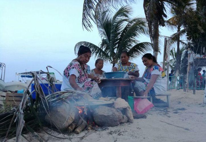 El culto tuvo como contexto a un grupo de mujeres indígenas que amasaban, torteaban y cocinaron tortillas en un fogón. (Ángel Castilla/SIPSE)